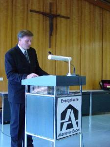 Akademiedirektor Dr. Jan Badewien bei seiner Laudatio
