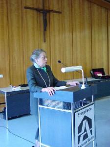 Die Vorsitzende des Freundeskreises der ev. Akademie Baden bei ihrer Begrüßung